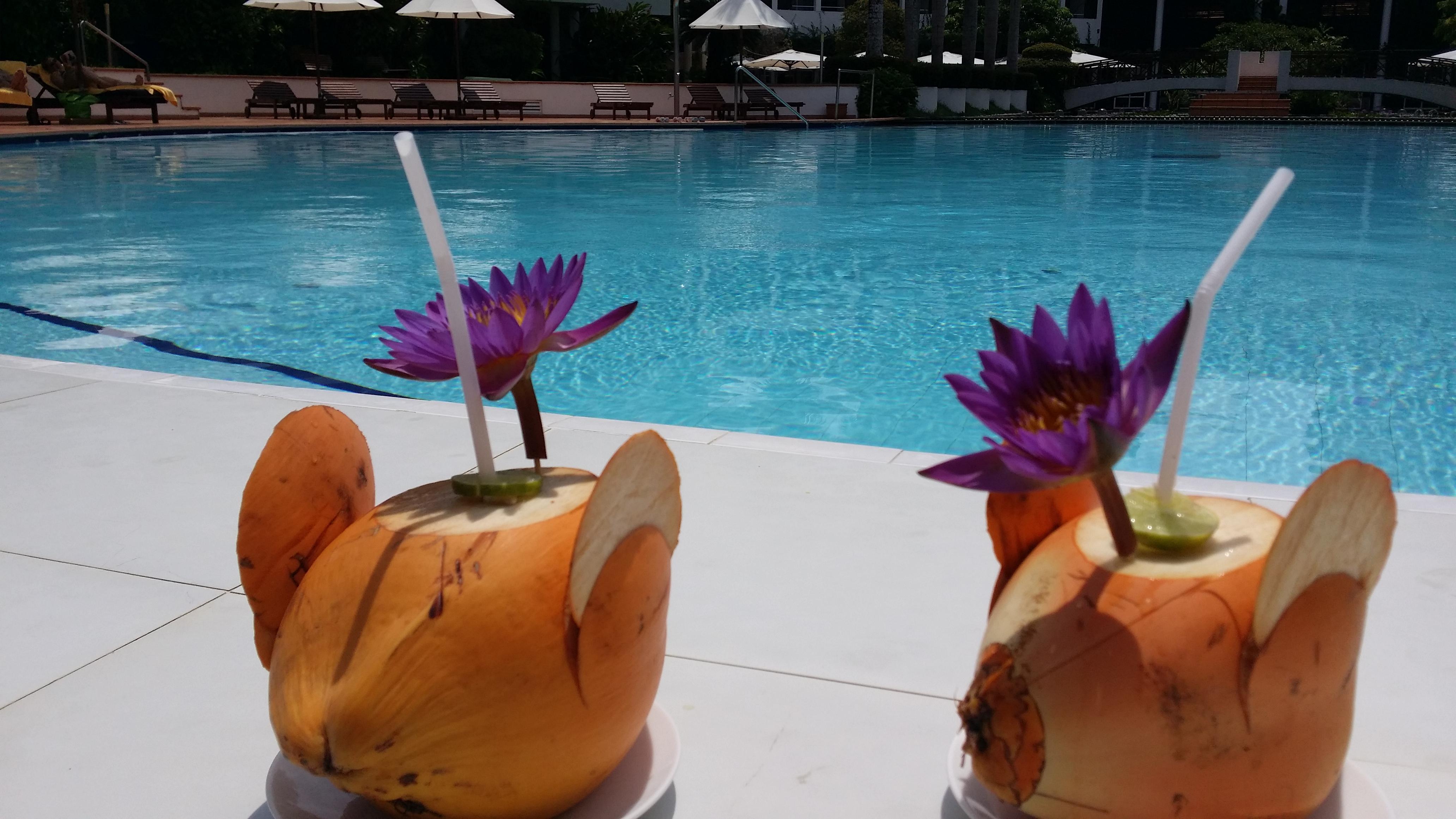 Getraenke am Hotel Pool im Ayurveda Hotel Lanka Princess
