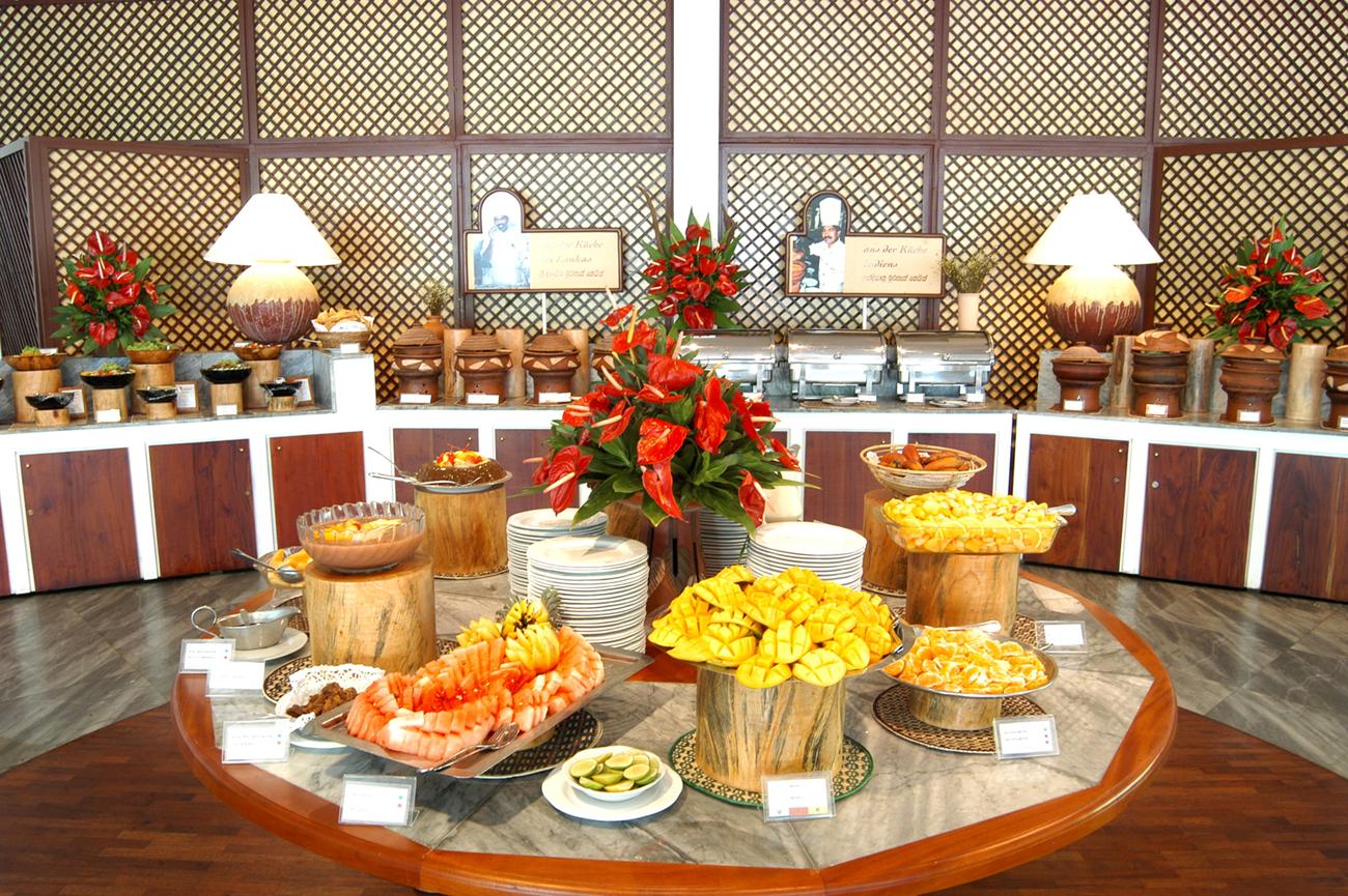 Obstplatten und Buffet aufgereiht im Hotel zum essen