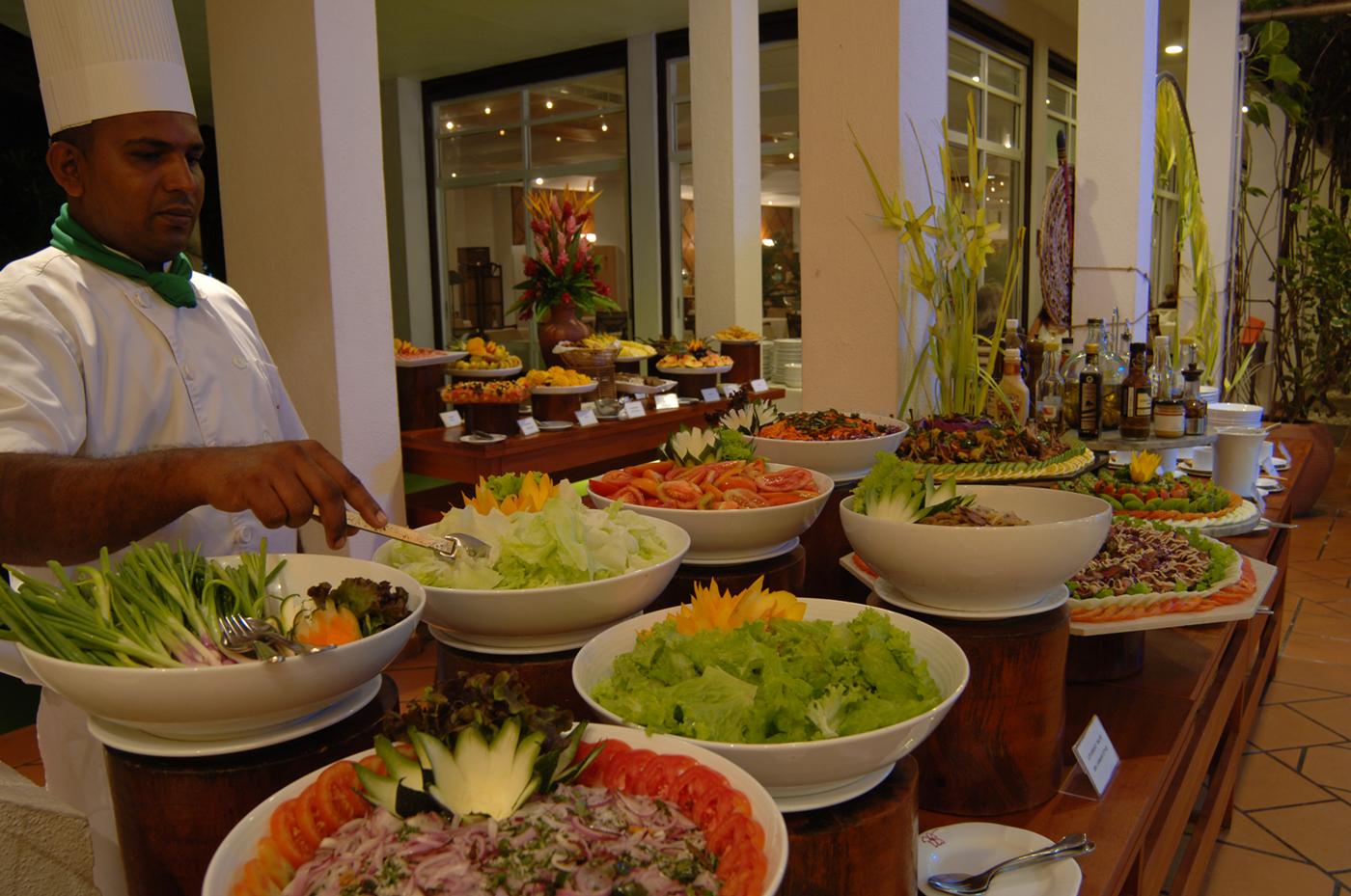 Koch an Salatbar im Batahira Restaurant Lanka Princess