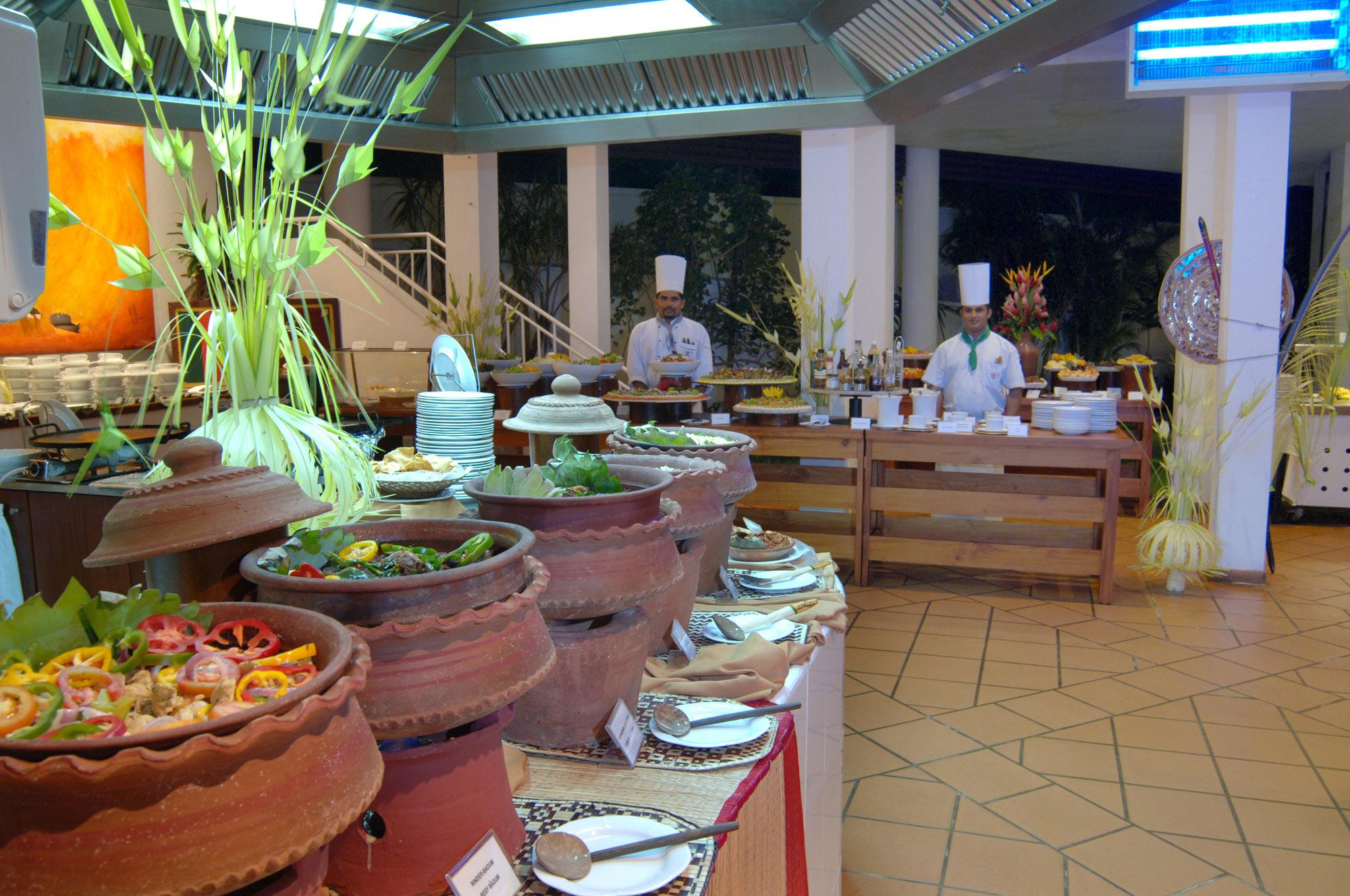 Zwei Köche im Batahira Restaurant Lanka Princess