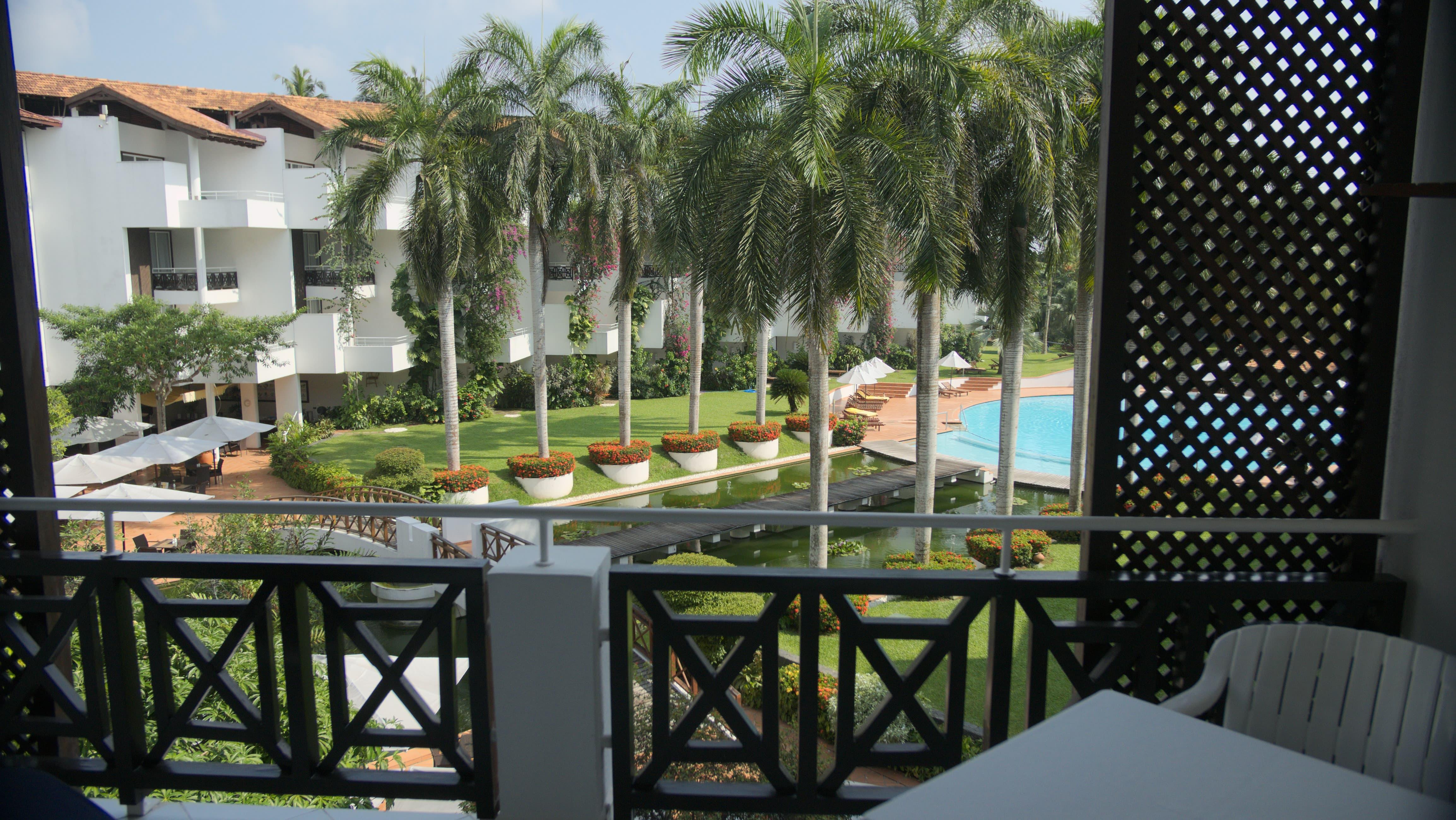 Comfort Zimmer mit Aussicht auf den Pool im Ayurveda Hotel Lanka Princess, unter deutscher Leitung in Sri Lanka