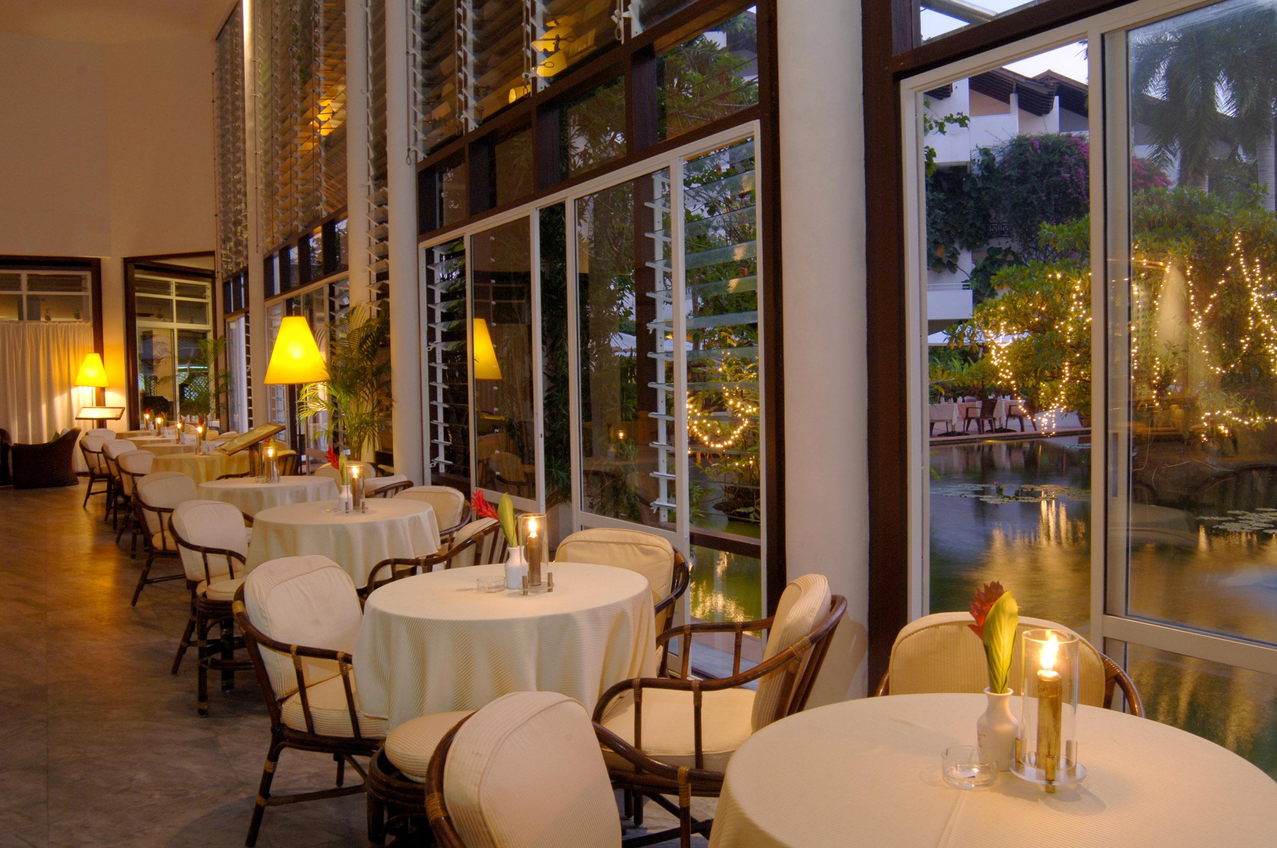 Hotel Bar mit Kerzenlicht