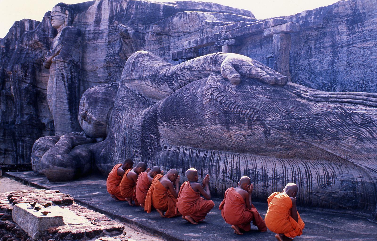 Polonnaruwa - liegender Statue und junge Mönche - Sri Lanka