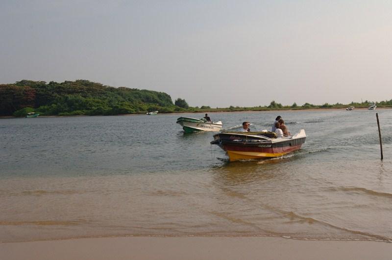 Zwei fahrende Boote in trüben Meerwasser