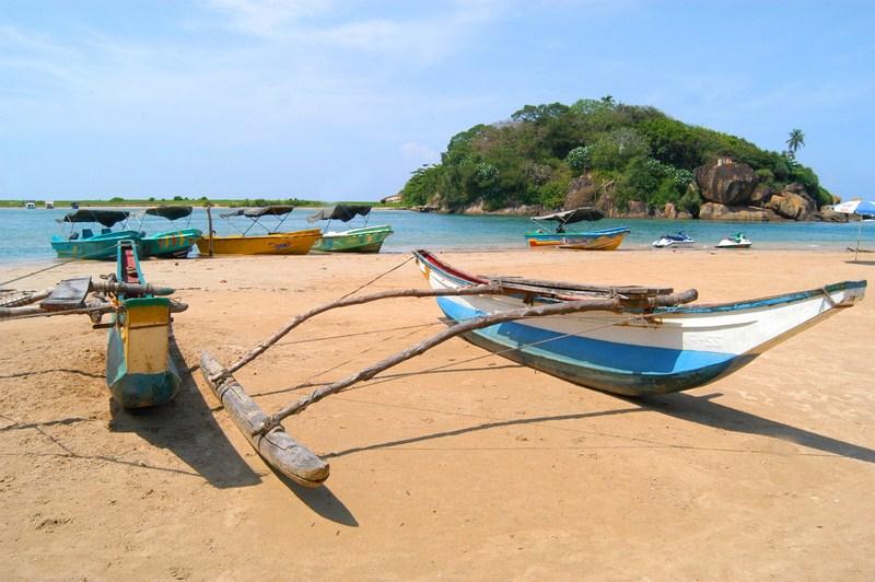verschiedene Boote auf dem Strand und im Meer