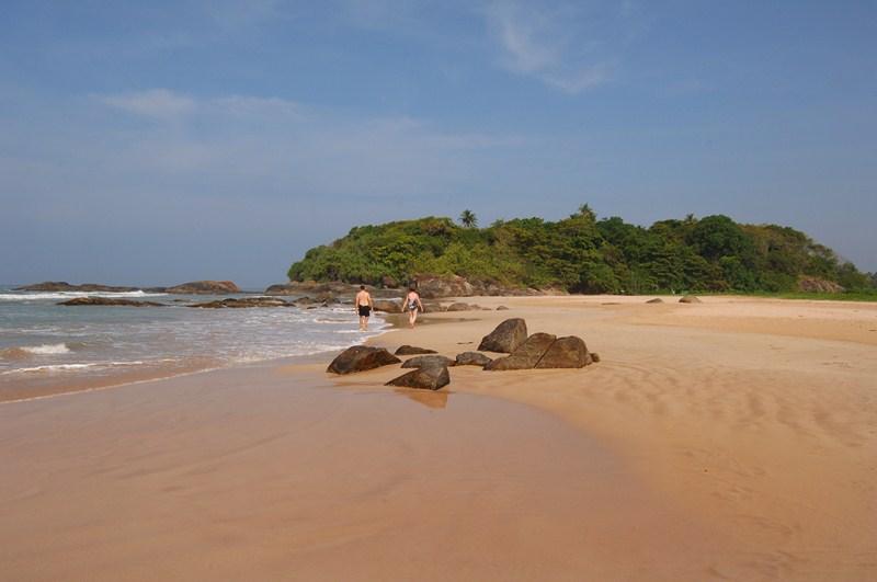 Bentota Strand Bild mit 2 Spaziergängern in der Ferne