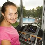 Frau trainierend und lächelnd im Lanka Princess Fitnessstudio