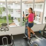 Frau trainierend im Lanka Princess Fitnessstudio von hinten