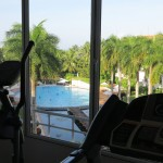 Fitnessgeräte mit Blick auf Pool im Lanka Princess