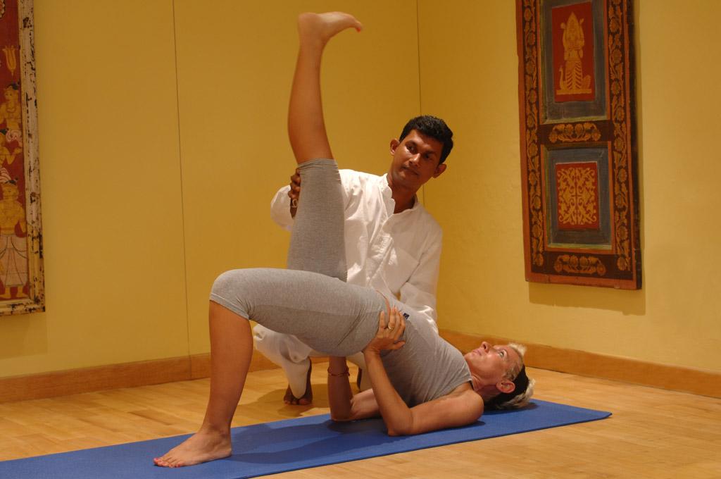 Lanka Princess - Hilfestellung bei Yoga Übung